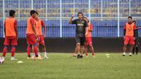 Arema FC sudah beraktivitas kembali sejak 20 Mei. Pelatih duardo Almedia juga mulai memberikan program untuk persiapan terjun di Liga 1. (Bola.com/Iwan Setiawan)