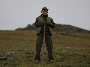 Presiden Rusia, Vladimir Putin berpose ketika menghabiskan waktu di kawasan hutan pegunungan Siberia, pada 6 Oktober 2019. Kremlin merilis gambar Presiden Vladimir Putin saat merayakan hari ulang tahun ke-67 pada Senin (7/10/219). (Alexey DRUZHININ / Sputnik / AFP)