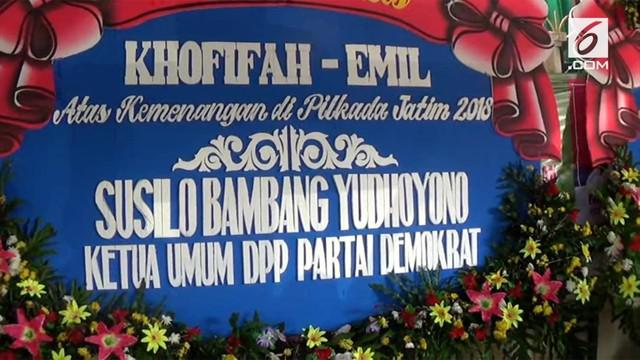 Cagub Jawa Timur, Khofifah Indar Parawansa menerima banyak ucapan selamat setelah hasil hitung cepat Pilgub Jatim keluar. Khofifah diprediksi berhasil mengalahkan Gus Ipul di Jawa Timur.