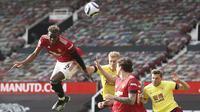 Gelandang Manchester United, Paul Pogba, menyundul bola saat melawan Burnley pada laga Liga Inggris di Stadion Old Trafford, Minggu (18/4/2021). MU menang 3-1 Burnley. (Martin Rickett/Pool via AP)