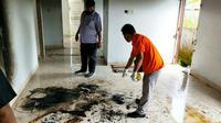 Polisi melakukan olah tempat kejadian perkara di lokasi jasad terbakar di Pekanbaru. (Liputan6.com/M Syukur)