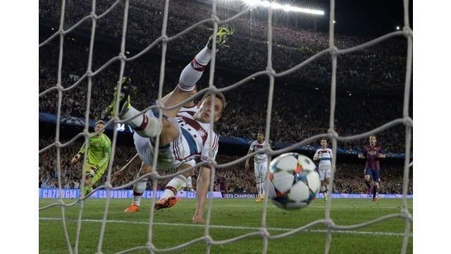 Video gol terbaik yang direkam oleh penonton secara amatir dari tribun stadion. Video tentang gol Lionel Messi, Barcelona menaklukkan Manuel Neuer kiper Bayern Munchen di Liga Champions.