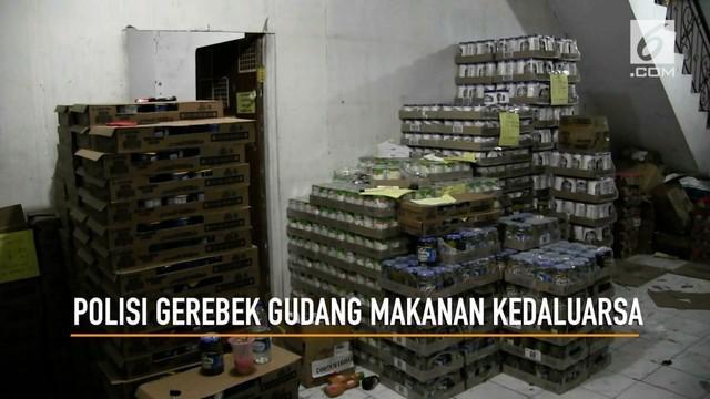 Polres Metro Jakarta Barat Menggerebek gudang penyimpanan makanan kedaluarsa yang dikemas ulang dan diedarkan kembali