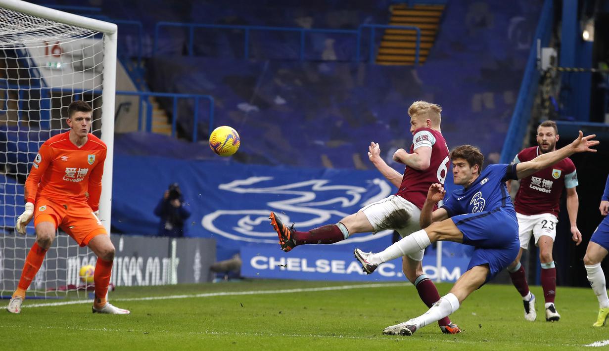 Tendangan keras bek Marcos Alonso (kanan) yang sukses memanfaatkan umpan Pulisic menjadikan Chelsea menang dua gol tanpa balas. (Foto: AP/Pool/Andrew Couldridge)