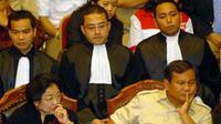 Pasangan Megawati-Prabowo di sidang perdana gugatan pilpres di Mahkamah Konstitusi Jakarta. Pasangan ini meminta MK membatalkan keputusan KPU yang menetapkan pasangan SBY-Boediono pemenang.(Antara)