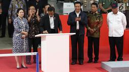 Presiden Jokowi (tengah) foto bersama sejumlah atlet dan menteri usai meresmikan hasil renovasi Istora Senayan, Jakarta, Selasa (23/1). Istora Senayan akan menjadi salah satu arena Asean Games 2018. (Liputan6.com/Angga Yuniar)