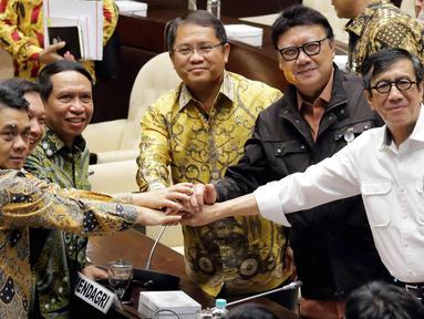Menkumham Yasonna Laoly (kanan), Mendagri Tjahjo Kumolo (kedua kanan), Menkominfo Rudiantara (ketiga kanan), Ketua Komisi II DPR Zainudin Amali (ketiga kiri) usai rapat RUU Ormas, Jakarta, Jumat (20/10). (Liputan6.com/Johan Tallo)