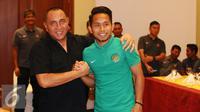 Ketua PSSI, Edy Rahmayadi (kedua kiri) bersalaman dengan Andik Vermansyah saat pertemuan di Hotel Aryaduta, Tangerang, Selasa (15/11). Jelang berlaga di Piala AFF 2016, Timnas Indonesia melakukan TC di SPH Karawaci. (Liputan6.com/Helmi Fithriansyah)