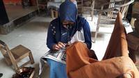 Pembuatan batik di Tingal Art di Dusun Tingal, Desa Wanurejo, Borobudur, Magelang, Jawa Tengah (Liputan6.com/Komarudin)