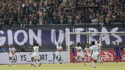 Pemain  PSS Sleman merayakan gol yang dicetak oleh Qischil G Minny ke gawang Persita Tangerang pada laga Liga 2 di Stadion Benteng Taruna, Tangerang, Jumat (26/10/2018). Kedua tim bermain imbang 1-1. (Bola.com/M Iqbal Ichsan)
