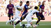 Penyerang Barcelona, Lionel Messi menggiring bola dari kejaran pemain Boca Juniors selama pertandingan Piala Joan Gamper di stadion Camp Nou, Spanyol (15/8). Barcelona menang telak 3-0 atas Boca Juniors. (AP Photo/Manu Fernandez)