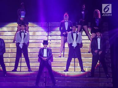 TVXQ tampil menghibur penonton saat konser perdana bertajuk Circle di ICE BSD, Tangerang, Sabtu (31/8/2019). Boyband TVXQ dengan personel Shim Changmin dan U-Know Yunho mengawali konser dengan membawakan lagu Bounce, Something dan Top of The World. (Liputan6.com/Fery Pradolo)