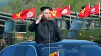 Pemimpin Korea Utara, Kim Jong-un saat memantau pasukan jelang upacara untuk peringatan 85 tahun pembentukan Tentara Rakyat Korea (KPA) di Korea Utara (26/4). (AFP FOTO / KCNA / STR)