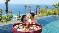 Anniversary 10 Tahun Pernikahan, Titi Kamal dan Christian Sugiono Rayakan di Uluwatu