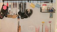 Membersihkan peralatan dapur memang butuh usaha yang sedikit lebih keras. Minyak bekas masak kerap membandel.