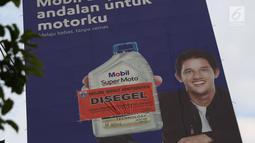 Baliho iklan di Jalan Jenderal Gatot Soebroto disegel pihak Pemprov DKI Jakarta, Kamis (27/12). Reklame berikut konstruksinya akan dibongkar karena melanggar perda no.9 tahun 2014 tentang penyelenggaraan reklame (Lipiutan6.com/Helmi Fithriansyah)