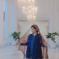 Tak hanya satu busana, Kahiyang Ayu juga terlihat memesona saat mengenakan kebaya warna biru yang dipadu dengan batik. (Foto: instagram.com/satuhatiphoto)