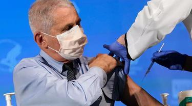 Pakar kesehatan top Amerika Serikat, Anthony Fauci menerima suntikan vaksin COVID-19. (Photo credit: Patrick Semansky POOL/AFP)