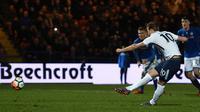 Striker Tottenham Hotspur, Harry Kane mencetak gol penalti ke gawang tim divisi tiga Rochdale AFC pada babak kelima Piala FA 2018 di Crown Oil Arena, Minggu (18/2). Secara dramatis Rochdale mengimbangi Tottenham Hotspur 2-2. (Oli SCARFF/AFP)