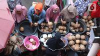 Pengunjung membeli kelapa untuk bahan makanan di pasar Kebayoran Lama, Jakarta, Selasa (11/5/2021). Warga memadati pasar tradisional demi memenuhi kebutuhan jelang Idul Fitri 1442 H. (Liputan6.com/Angga Yuniar)
