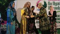 Wali Kota Surabaya Tri Rismaharini (Risma) membagikan scarf sutra buatan UMKM Dolly binaan Pemkot kepada para Bu Nyai (Foto:Liputan6.com/Dian Kurniawan)