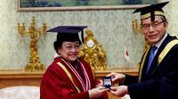 Ketua Umum Partai Demokrasi Indonesia (PDI) Perjuangan Megawati Soekarnoputri menerima gelar Doktor Honoris Causa (DR HC) dari Universitas Soka, Tokyo. (Foto: Liputan6/ Mohammad Reza Ramadhansyah)