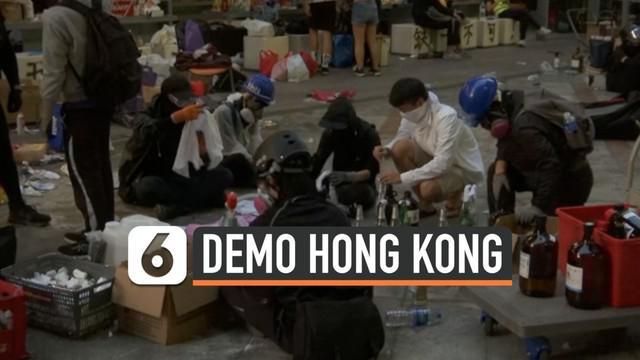 Ratusan demonstran Hong Kong terus bertahan di Universitas Politeknik hari Minggu (18/11). Setelah bentrok dengan polisi, sebagian demonstran kembali siapkan bom molotov.