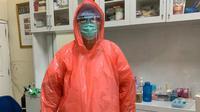 Petugas medis di Kabupaten Malang menggunakan ADP memanfaatkan jas hujan untuk penanganan corona Covid-19 (Dinkes Kabupaten Malang)