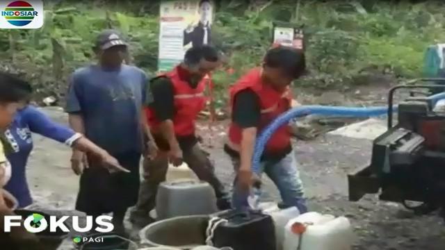 Sumur-sumur warga dan sumber air lainnya banyakyang tercampur lumpur yang dibawa banjir.