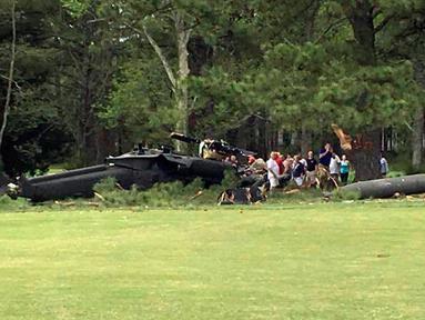 Sebuah helikopter Blackhawk milik Angkatan Darat AS jatuh di satu lapangan golf dekat Leonardtown di Maryland Selatan, Senin (17/4). Insiden tersebut menyebabkan seorang awak pesawat tewas dan dua orang luka. (Rebecca Updegrave Cline via AP)
