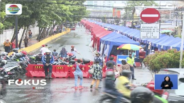 Ratusan PKL Jatibaru berunjuk rasa di depan kantor Ombudsman Jakarta menuntut laporan hasil akhir pemeriksaan penataan PKL.