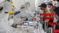 Tenaga medis melakukan rapid test massal di Kantor Kelurahan Pondok Betung, Tangerang Selatan, Kamis (14/5/2020). Sebanyak 500 alat rapid tes covid-19 dan 2 unit mobile laboratorium milik BIN disediakan untuk mendapatkan hasil uji tes dengan PCR dalam waktu 5 jam. (Liputan6.com/Fery Pradolo)