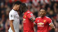 Bek Manchester United, Eric Bailly bersitegang dengan striker Liverpool, Dominic Solanke pada laga Premier League di Stadion Old Trafford, Manchester, Sabtu (10/3/2018). MU menang 2-1 atas Liverpool. (AFP/Oli Scarff)