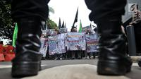 Massa yang tergabung dalam Gema Muslim Indonesia (GMI) membentangkan poster dan mengibarkan bendera Palestina saat berunjuk rasa di depan Kedutaan Besar Australia, Jakarta, Senin (26/11). (Liputan6.com/Iqbal S Nugroho)