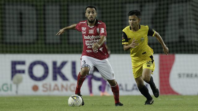 Gelandang Bali United, Brwa Nouri, berusaha melewati gelandang Bhayangkara FC, Reksa Maulana, pada laga Piala Presiden 2019. (Bola.com/Yoppy Renato)