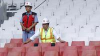 Menpora RI, Imam Nahrawi, duduk di tribun saat meninjau SUGBK di Senayan, Jakarta, Selasa (8/8/2017). Renovasi SUGBK ditargetkan rampung pada bulan Oktober 2017. (Bola.com/M Iqbal Ichsan)