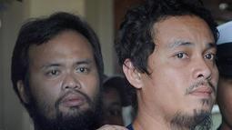 Penjaga pantai Filipina, Rodlyn Allain Pagaling (kiri) dan Gringo Villaruz bertemu kembali dengan keluarga mereka di Manila, Filipina, (21/8/2015). Pasukan Filipina telah menewaskan 15 anggota Abu Sayyaf dalam operasi penyelamatan. (PHOTO/Jay Directo)
