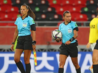 Edina Alves Batista (tengah) bersama asisten wasit, Neuza Back (kanan) dan Mariana Del Alemida (kiri), saat memimpin laga pertandingan Piala Dunia Antarklub 2020. (AFP/Karim Jaafar)