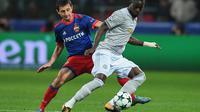 Eric Bailly bakal tampil dalam laga MU melawan Tottenham Hotspur, pada Sabtu (28/10/2017). (AFP / Yuri KADOBNOV)