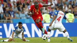 Striker Belgia, Romelu Lukaku, berusaha melewati bek Panama, Fidel Escobar, pada laga Piala Dunia 2018 di Stadion Fisht, Senin (18/6/2018). Belgia menang 3-0 atas Panama. (AP/Matthias Schrader)