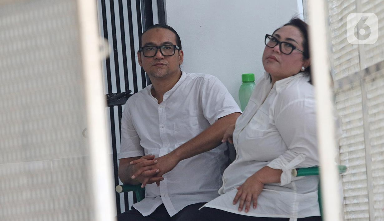 Dua terdakwa kasus dugaan penyalahgunaan narkotika Tri Retno Prayudati atau Nunung (kanan) dan suaminya July Jan Sambiran (kiri) bersiap menjalani sidang di PN Jakarta Selatan, Rabu (27/11/2019). Nunung dan July akan menjalani sidang putusan. (Liputan6.com/Herman Zakharia)