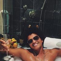 Duh, Bruno Mars kelihatan senang banget ya ketika menikmati waktu santainya! (instagram/brunomars)