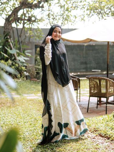 Potret Tika Eks T2 Kenakan Baju Gamis, Bisa Jadi Inspirasi. (Sumber: Instagram/tika_ramlan)