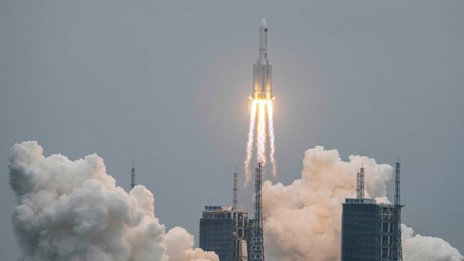 Roket Long March 5B membawa modul inti Stasiun Luar Angkasa Tianhe lepas landas dari Pusat Peluncuran Luar Angkasa Wenchang di Provinsi Hainan, China, Rabu (29/4/2021). China terlambat memulai dalam hal eksplorasi ruang angkasa. (STR/AFP)