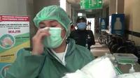 Petugas medis RSUD Kota Bekasi menangis saat menerima bantuan APD dari warga. (Liputan6.com/Bam Sinulingga)