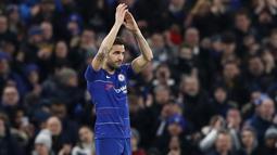 Gelandang Chelsea, Cesc Fabregas, menyapa suporter usai melawan Nottingham Forest pada laga Piala FA di Stadion Stamford Bridge, Sabtu (5/1/). Laga yang dimenangi The Blues dengan skor 2-0 merupakan yang terakhir bagi Fabregas. (AP/Alastair Grant)
