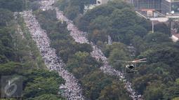 Tampak sebuah helikopter memantau jalannya unjuk rasa ormas Islam saat bergerak di Jalan Medan Merdeka, Jakarta, Jumat (4/11). Massa menuntut  Gubernur Jakarta Basuki T Purnama ditangkap atas dugaan penistaan agama. (Liputan6.com/Fery Pradolo)