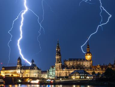 Sambaran petir selama badai terlihat di langit di atas Dresden, Jerman (10/6/2019). (AFP Photo/dpa/Germany Out/Robert Michael)