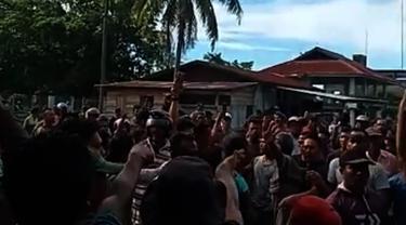 Hasil tangkapan layar video nelayan di PPI Ujong Serangga, Aceh, mengamuk, Selasa (28/09/2021) (Liputan6.com/Ist)