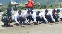 Lanal Mamuju melepasliarkan puluhan Tukik bersma casis Bintara dan Tamtama PK TNI AL (Foto: Liputan6.com/Abdul Rajab Umar)
